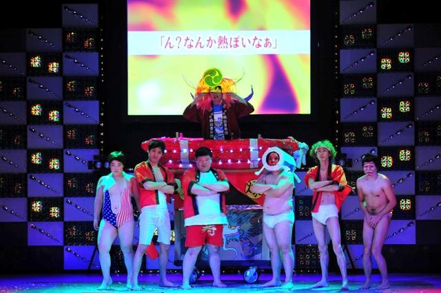 布団太鼓の後ろには、守谷日和による「ライバルに衣装を隠された歌舞伎役者」と、セクシー水着姿で花吹雪を撒くゆりやんレトリィバァの姿も。